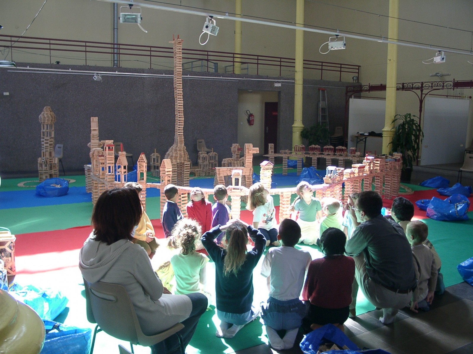 Une classe jouant avec des jeux de construction