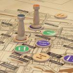 Réalisation de jeu de société sur mesure comprenant un plateau de jeu et des pièces de jeu : pions, dé, sabliers...