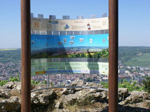 Panneau dans l'esprit des créneaux faisant office de table d'orientation  - Village de Mousson (54)